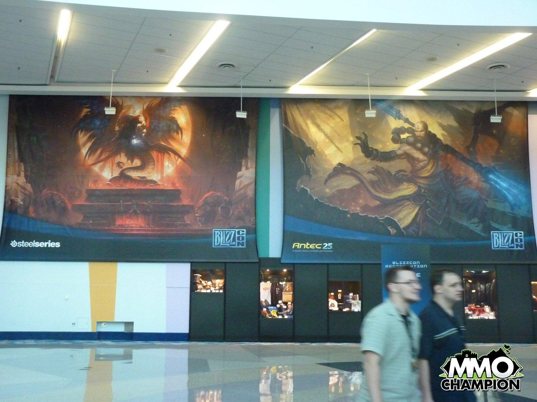 會場也快佈置好了,三大遊戲的超大海報代表著家間 ...